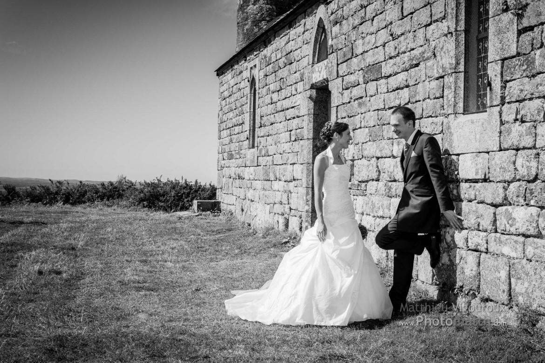 Couple de jeunes mariés devant la Chapelle