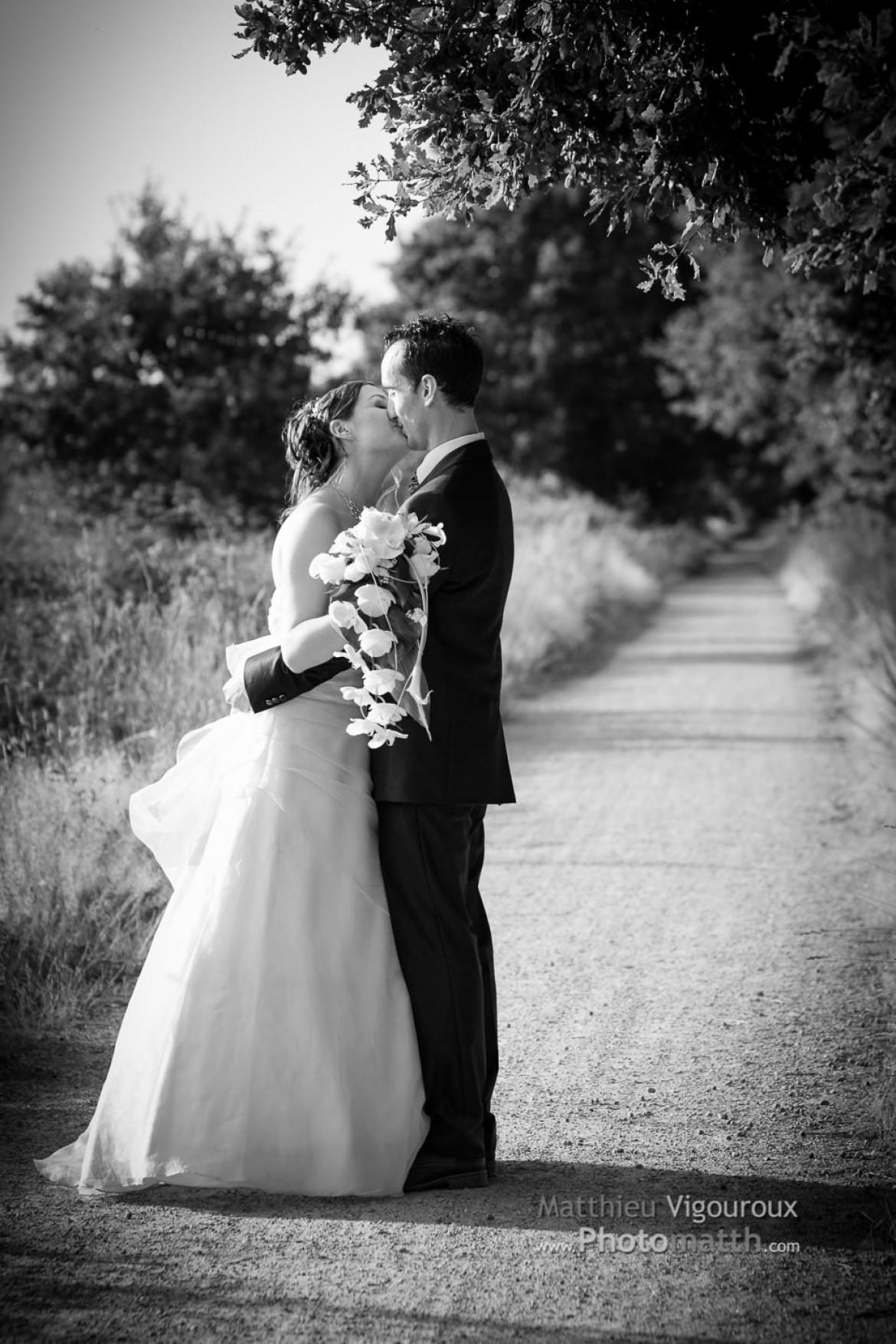 Mariage | Couple s'embrassant sur le chemin | NB